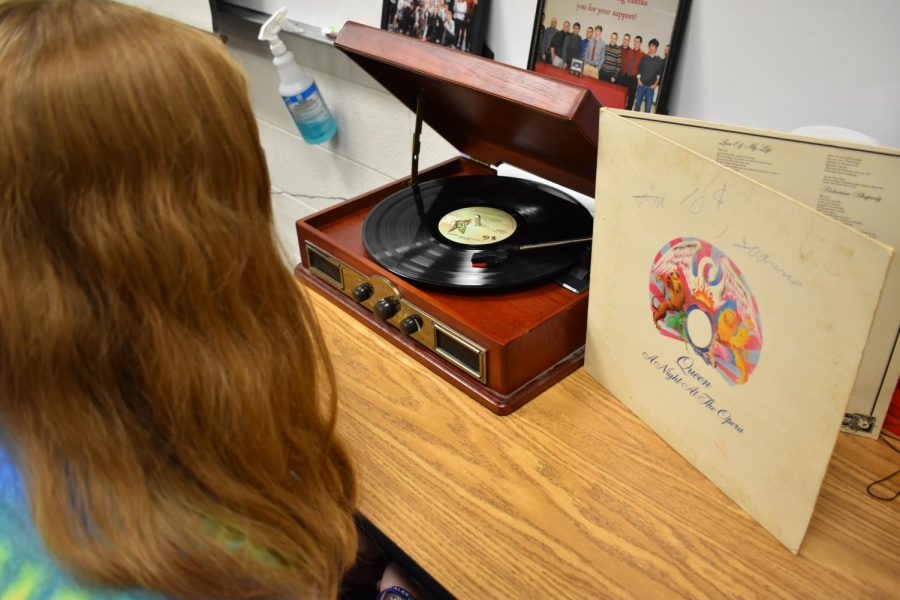 A+student+listens+to+Queen%27s+%22A+Night+at+the+Opera%22+on+a+vintage-style+record+player.