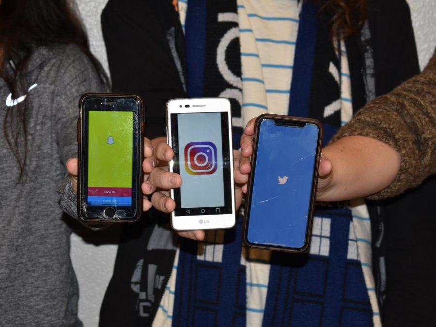 Teens+show+off+their+favorite+social+media+applications.