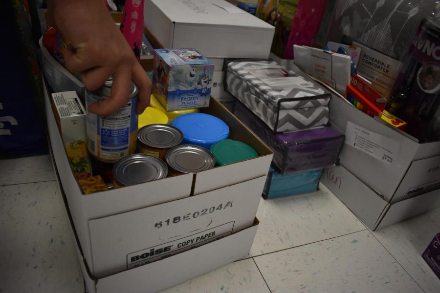 A+good+Samaritan+donates+food+to+help+the+family+in+need.