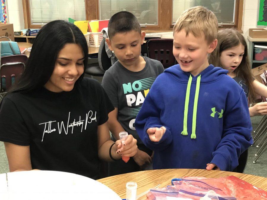 Amiya+Garcia+helps+Carrie+Knause+students.