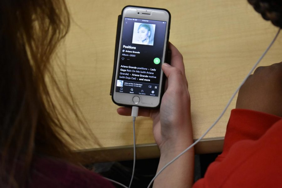 SLHS students jam out to Ariana Grande's new album.