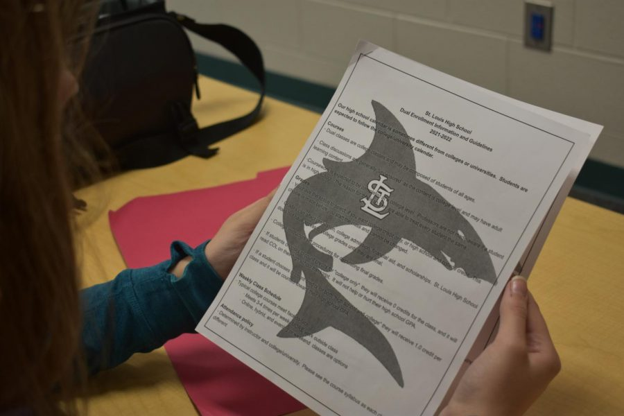 Student fills out her dual enrollment information.